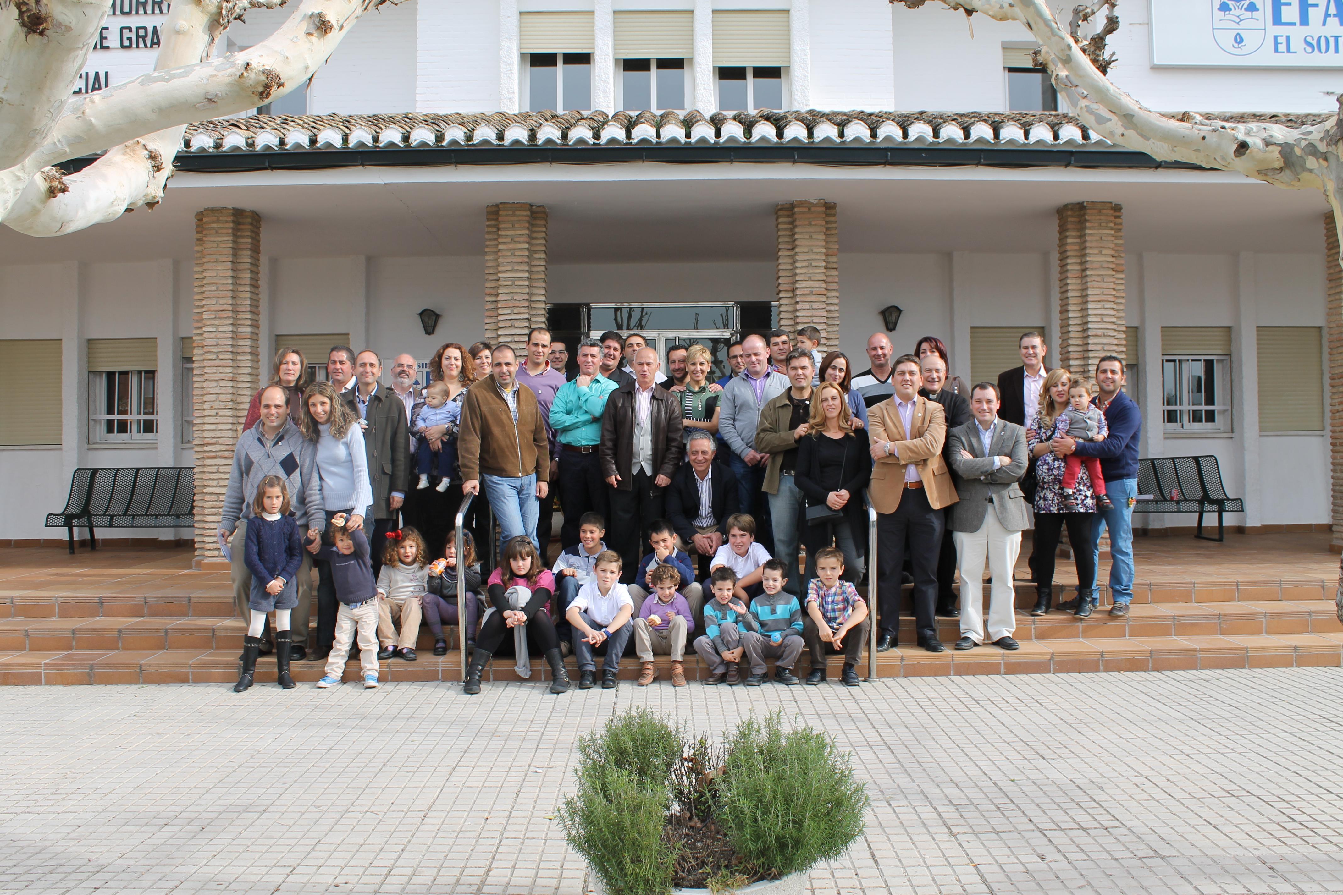 Antiguos alumnos con sus familias y profesores
